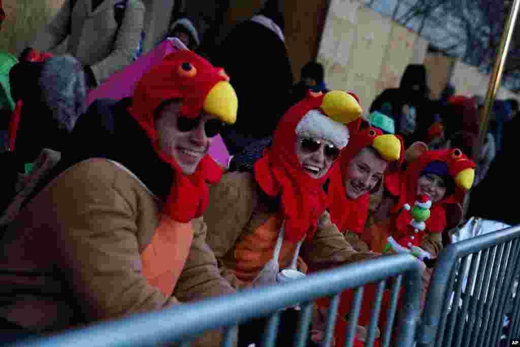 Зрители, пришедшие на парад по случаю Дня благодарения, пытаются согреться. Нью-Йорк, 22 ноября 2018