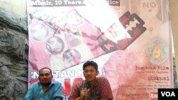 Diskusi dan pemutaran film memperingati 10 Tahun Meninggalnya Aktivis HAM Munir, di kantor Kontras Surabaya, 9 September 2014 (Foto:VOA/Petrus Riski)