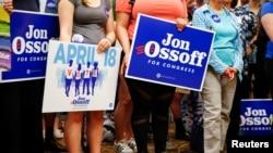 Les militants du candidat Jon Ossoff écoutent son intervention lors d'un rassemblement à Roswell, Géorgie, le 17 avril 2017.