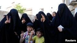Para perempuan Irak menunjukkan jarinya setelah memberikan suara dalam pemilu legislatif di Baghdad, Rabu (30/4).