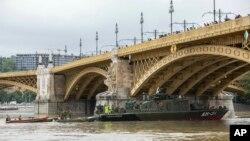 Tàu quân sự của quân đội Hungary tham gia hoạt động tìm kiếm cứu hộ sau vụ tai nạn trên sông Danube ngày 30/5/2019.