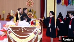 ព្រះមហាក្សត្រថៃ ព្រះបាទ Maha Vajiralongkorn យាងចូលរួមពិធីចែកសញ្ញាប័ត្រនៅសាកលវិទ្យាល័យ Thammasat (ធម្មសាស្ត្រ) ក្នុងទីក្រុងបាងកកប្រទេសថៃ នៅថ្ងៃទី៣០ ខែតុលា ឆ្នាំ២០២០។