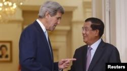 ລັດຖະມົນຕີການຕ່າງປະເທດສະຫະລັດ ທ່ານ John Kerry ໄດ້ຮັບການຕ້ອງຮັບເປັນຢ່າງອົບອຸນ ຈາກນາຍົກລັດຖະມົນຕີ Hun Sen ໃນນະຄອນຫຼວງພະນົມເປັນ, ກຳປູເຈຍ, 26 ມັງກອນ, 2016.
