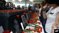 Les funérailles des victimes de l'attentat à l'aéroport Ataturk à Istanbul, 30 juin, 2016. (AP Photo / Emrah Gurel)