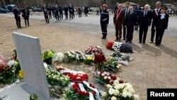 Gia đình và những người thân của các nạn nhân vào ngày cuối tuần của Lễ Phục Sinh đến một địa điểm tưởng niệm gần nơi máy bay rớt để nhớ đến những người chết.