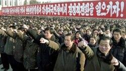 تظاهرات نزدیک به ۱۰۰ هزار نفر از شهروندان کره شمالی برای نشان دادن وفاداری خود به رهبر کره شمالی - ۳ ژانویه ۲۰۱۱