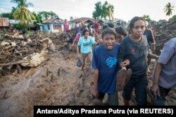 Seorang perempuan menangisi kerabatnya yang ditemukan tewas usai hujan deras membawa banjir bandang di Flores Timur, Nusa Tenggara Timur, 6 April 2021. (Foto: Antara/Aditya Pradana Putra via REUTERS)