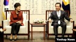 박근혜 한국 대통령이 8일 '최순실 사태'로 인한 정국 혼란을 수습할 방안을 논의하기 위해 국회의장실을 방문해 정세균 국회의장과 대화하고 있다.