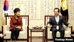 박근혜(왼쪽) 대통령이 '최순실 사태'로 인한 정국 혼란 수습 방안을 논의하기 위해 8일 국회를 방문해 정세균 의장과 대화하고 있다.