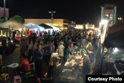 Khách đi chợ đêm đông như ngày hội (ảnh Bùi Văn Phú)