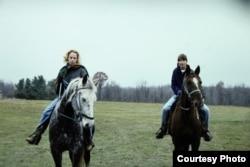 Cô Elizabeth (trái) cưỡi ngựa cùng em gái Victoria (Vicky) Van Meter. Ảnh: Jim Van Meter