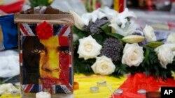 Des bouquets de fleurs déposés en mémoire des victimes de récentes attaques à Bruxelles, à la Place de la Bourse à Bruxelles, 25 mars 2016.