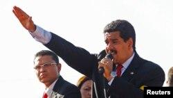 Wakil Presiden Venezuela, Nicolas Maduro (kanan) memberikan pidato kepada para pelayat yang antri untuk menyaksikan jenazah Presiden Hugo Chavez yang disemayamkan di Akademi Militer, Caracas (7/3). Maduro mengumumkan bahwa jenazah mendiang Presiden Chavez akan diawetkan dan dipamerkan untuk selamanya di museum militer Caracas.