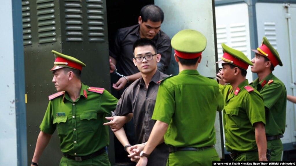 """Một tòa án ở Tp. HCM kết án Đặng Hoàng Thiện (áo nâu) 16 năm tù về tội """"khủng bố"""""""