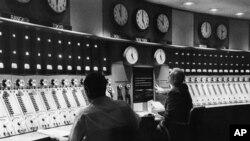 نمایی از ماستر کنترول صدای امریکا در سال ۱۹۵۹