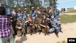 俄罗斯不想依赖中国。日本担心俄中关系。8月份俄罗斯国际军事比赛中的俄中两国士兵。