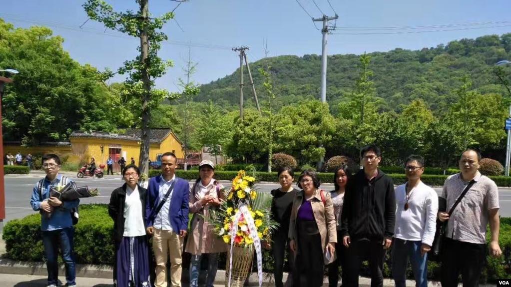 苏州灵岩山下准备上山祭奠林昭的部分公民 (参与网图片)