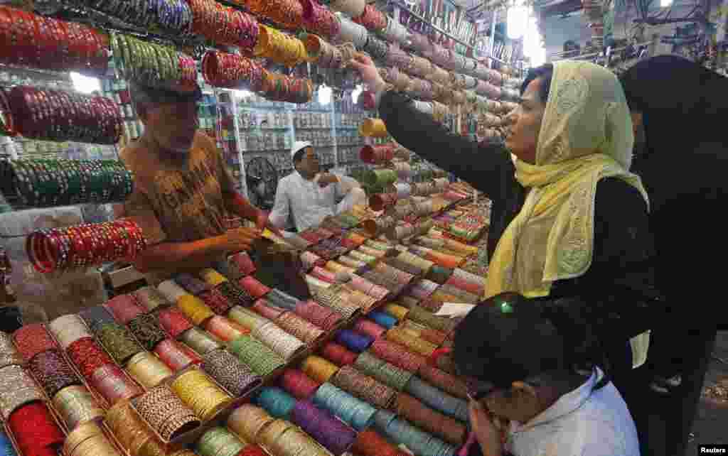 بازار گرم چوری فروشان شهر کلکتۀ هند در آخرین روزهای ماه رمضان.