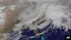 由美國太空總署星期五公佈的這張圖片顯示﹐大範圍的冬季暴風雨就要襲擊美國東北部