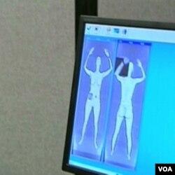 """Penggunaan alat pemindai tubuh di bandara dianggap sebagai """"perabaan secara digital"""" oleh berbagai kelompok agama."""