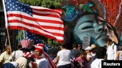 Inmigrantes hispanos demandando una reforma migratoria en Hollywood.