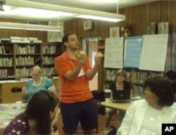 向受训教师演示如何练习流利讲课