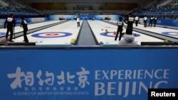 中国冰壶运动员在2022北京冬奥会赛场举行测试活动。(2021年4月1日)