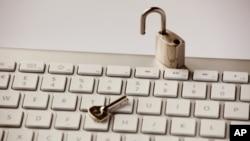 Клинтон вели дека за добро или за лошо Интернет мора да остане отворен