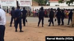 Des policiers encerclent le Palais de Justice de Lubumbashi, en RDC, le 5 janvier 2017. (VOA/Narval Mabila)