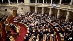 Suasana sidang parlemen Yunani (Foto: dok). Para anggota parlemen Yunani telah menyetujui satu bagian reformasi baru yang dituntut oleh para kreditur internasional negara itu sebagai imbalan dana talangan milyaran euro yang ketiga.