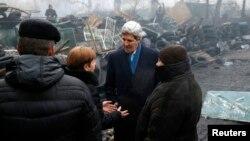 Джон Керри у мемориала в Киеве. 4 марта 2013г.