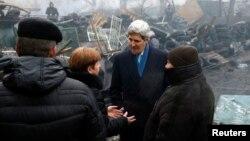 El secretario de Estado, John Kerry, visita la Plaza de la Independencia, en Kiev.