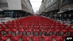 Crvene stolice postavljene u Sarajevu, u znak sećanja na građane koji su ubijeni tokom gotovo četvorogodišnje opsade