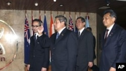 Indonesia President Susilo Bambang Yudhoyono, second from left, Indonesia Foreign Minister Marty Natalegawa, left, Secretary General of Association of Southeast Asia Nation (ASEAN) Surin Pitsuwan, right, and Japanese Foreign Minister Takeaki Matsumoto w