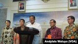 Menko Perekonomian Darmin Nasution memberikan keterangan seputar Paket Kebijakan Ekonomi 6 di kantor Presiden, Jakarta, 5 November 2015. (VOA/Andylala)
