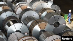 Gulungan baja di pabrik produsen baja Salzgitter di Salzgitter, Jerman, 3 Maret 2016.