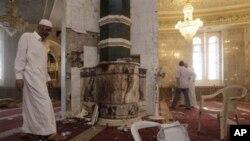 자살 폭탄공격을 받은 움 알-쿠라 사원 내부