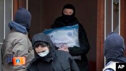 Polisi Belgia meninggalkan sebuah rumah di kawasan Anderlecht, Brussels, seusai melakukan investigasi sehari pasca serangan di bandara dan stasiun kereta api bawah tanah di kota itu (23/3).