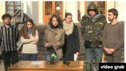 Ukraina Ta'lim vazirligi oldida talabalar matbuot konferensiyasi o'tkazmoqda.
