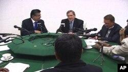خصوصی امریکی ایلچی رچرڈ ہالبروک صحافیوں کے ساتھ ایک مجلس مذاکرہ میں اظہار خیال کرتے ہوئے