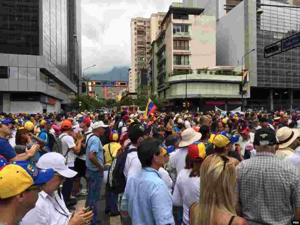 Por su parte los opositores del gobierno de Nicolás Maduro y del chavismo, también convocaron marchas en el Día Internacional del Trabajo. Foto: Álvaro Algarra/VOA