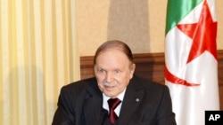 Le président algérien Abdelaziz Bouteflika donne une conférence de presse à Alger avant de rencontrer le président Francois Hollande le 15 juin 2015.