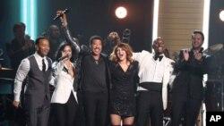 Demi Lavato, John Legend, Tyrese ve Luke Bryan ünlü şarkıcı Lionel Richie onuruna, Richie'nin şarkılarını seslendirdi