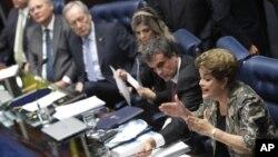 دیلما روسف رئیس جمهوری تعلیق شده برزیل در حال دفاع از خود در جلسه استیضاح در مجلس سنا - ۸ شهریور ۱۳۹۵