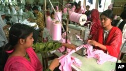Para pekerja perempuan di sebuah pabrik garmen di Bangladesh (Foto: dok). Pemerintah AS mencabut sementara tunjangan perdagangan Amerika untuk Bangladesh (GSP), Kamis (26/6).