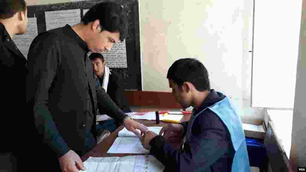 در برخی حصص افغانستان مردم از کاستی ها، چون کارنکردن دستگاه بایومتریک، کمبود اوراق رایدهی یا دیر بازشدن مراکز شکایت داشتند