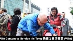 香港市民王小姐與英籍丈夫帶同9個月的女兒參與遊行 (攝影:美國之音湯惠芸)