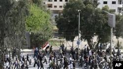 叙利亚反政府抗议者周五在大马士革附近示威