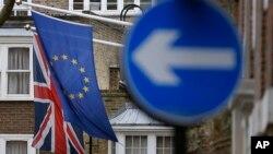 Zastave EU i Velike Britanije (arhivska fotografija)