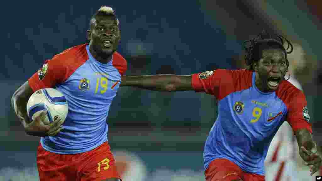 Loteteka Jeremy Bokila de la RD Congo, à gauche, célèbre avec son coéquipier Dieudonné Mbokani après avoir marqué un but lors de leur match de football de la Coupe d'Afrique des nations Groupe B contre la Tunisie à Bata, en Guinée équatoriale, lundi 26 janvier 2015.